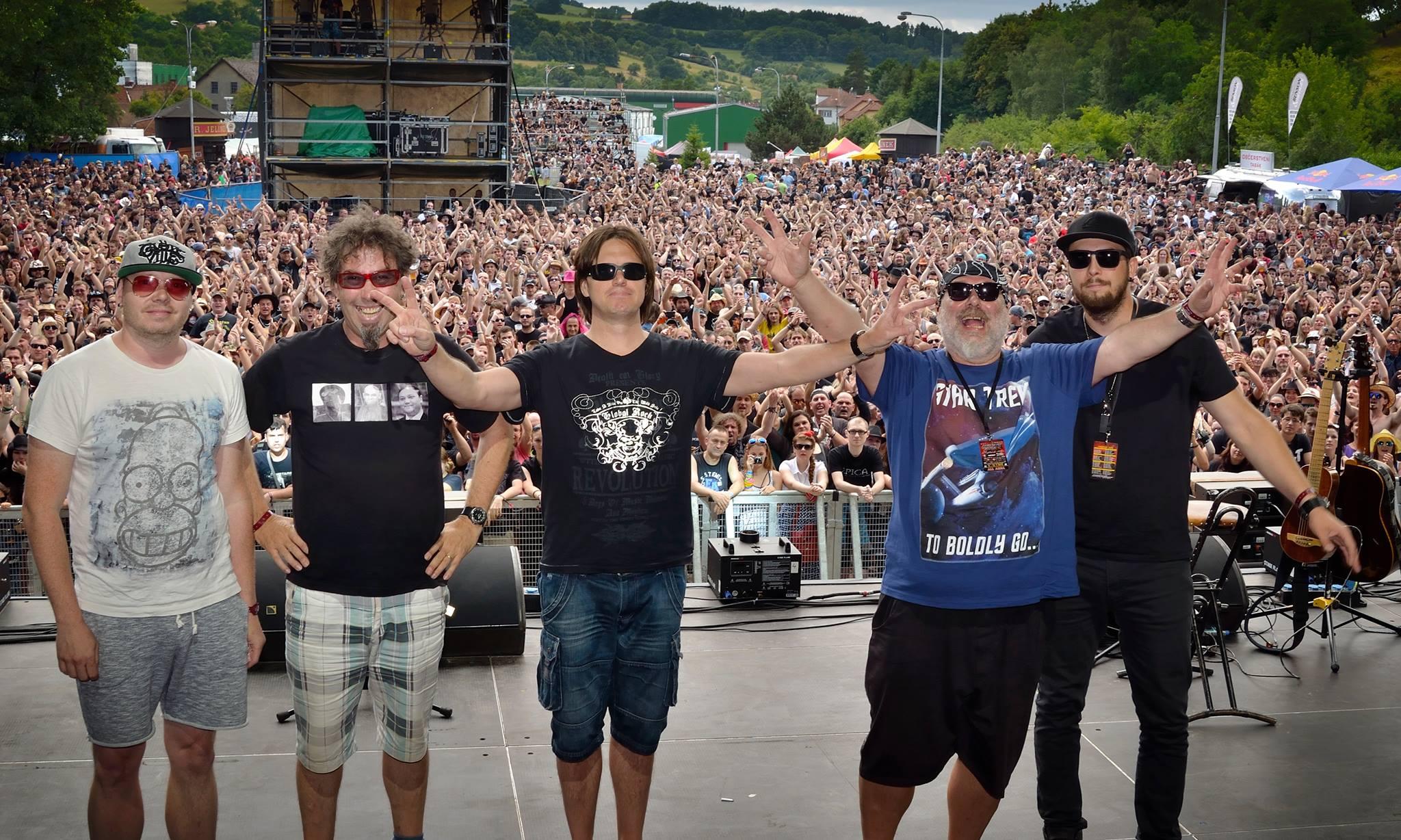 Valaši dobyli Masters Of Rock! Zleva: Vítek Rokyta (elektrická kytara), Stáňa Bartošík (housle), David Filák (bicí), Zdeněk Hrachový (akustická kytara), Marek Abrahám (baskytara)